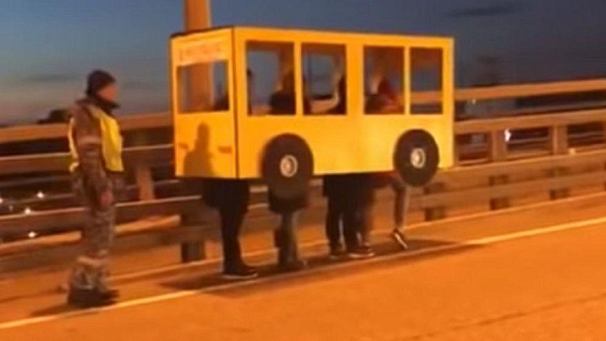 Busznak öltözve indult el négy ember egy csak járműveknek való hídon