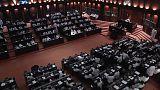 Video   Sri Lanka'da hükümet güvenoyu alamadı parlamento karıştı