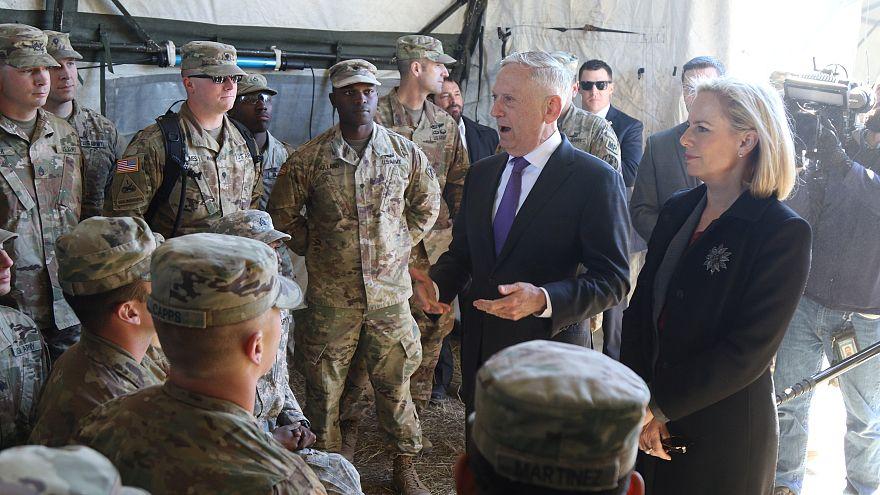 وزير الدفاع الأمريكي جون ماتيس بصحبة جنود أمريكيين