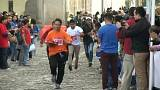 Guatemala'da garsonlar ellerinde tepsilerle koşu yarışmasına katıldı