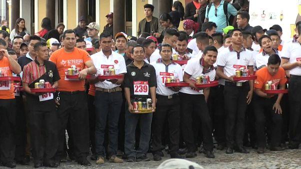 Guatemala: Kellner balancieren ihre Tabletts um die Wette