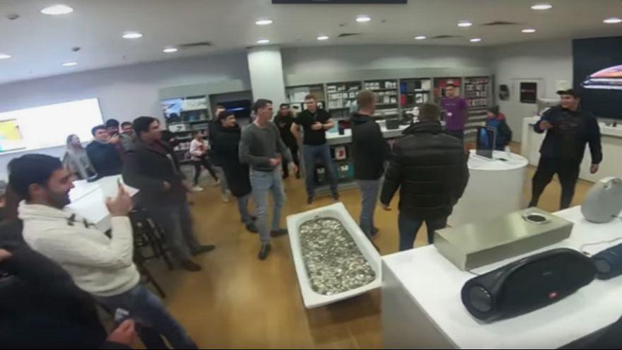 جوانی در مسکو با یک وان پر از سکه، آیفون خرید