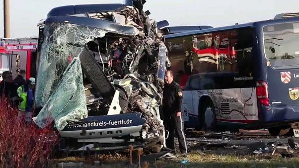 Schulbusse stoßen zusammen: 12 schwer Verletzte - darunter Kinder