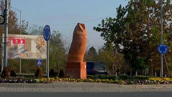"""غضب في مدينة صربية من """"تمثال البومة"""".. الذي لا يشبه البومة"""