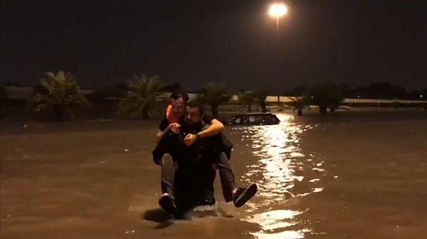 عودة الملاحة الجوية بمطار الكويت بعد فيضانات عارمة وأمطار غزيرة