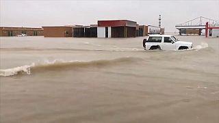 شاهد: الفيضانات تغرق شوارع وتدمر بناها التحتية وتغلق جسورا في الكويت