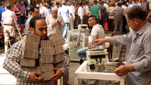 Irak'ta 6 milyon dolarlık banknot 'selde kullanılamaz hale geldi' halk yolsuzluk dedi
