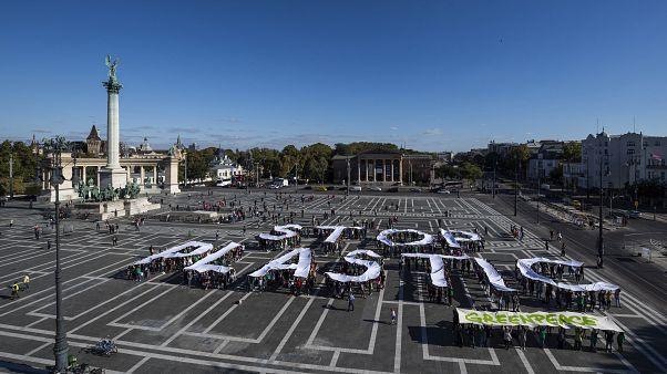 """""""Stop plastic"""" felirat a Greenpeace Magyarország budapesti demonstrációján"""