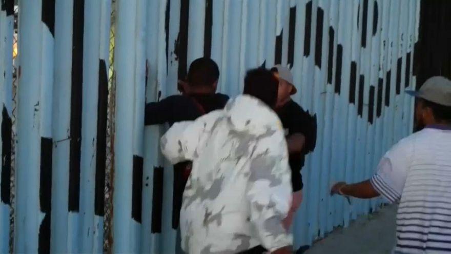 Confrontos entre mexicanos e migrantes na fronteira