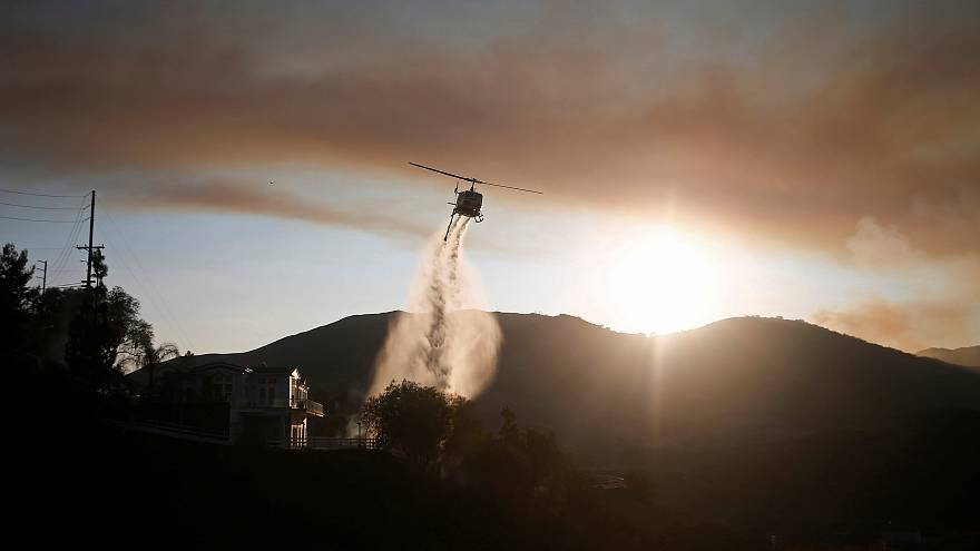 شاهد: بلاك هوك تساعد على إطفاء النيران في كاليفورنيا