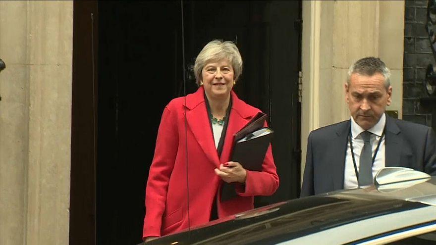 Contestários buscam moção de censura a Theresa May