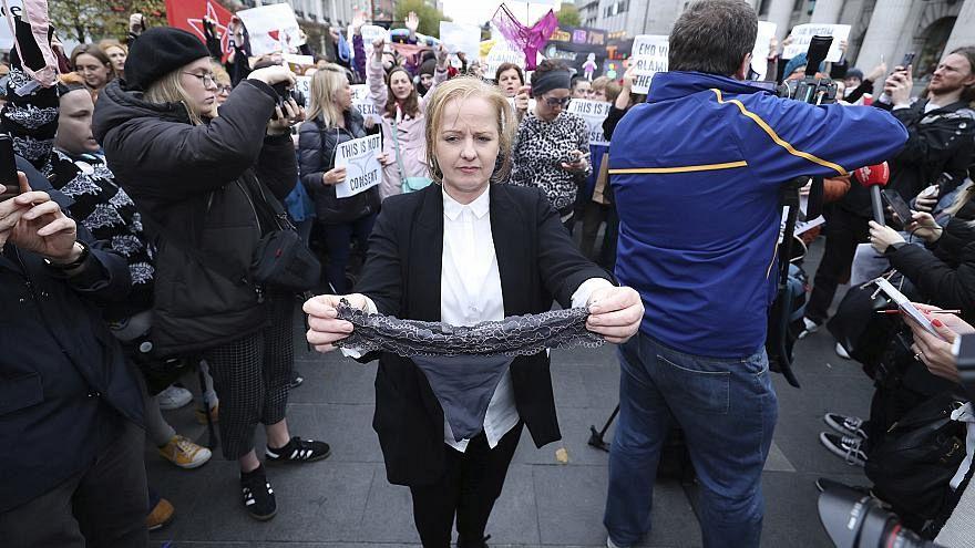 """""""Sie hatte einen String an"""" - Unterwäsche-Protest nach Vergewaltigungsprozess"""
