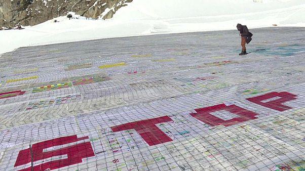 Un collage de récord protesta en los Alpes contra el cambio climático