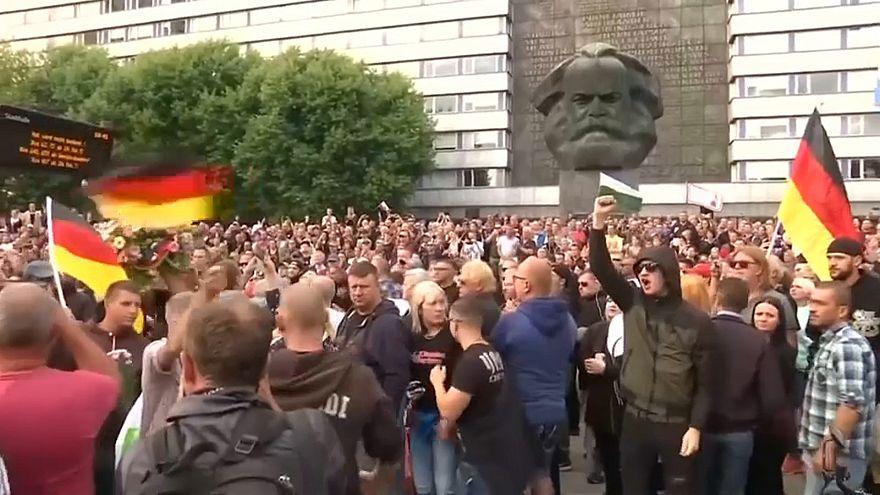 Merkel recibida con peticiones de dimisión en Chemnitz