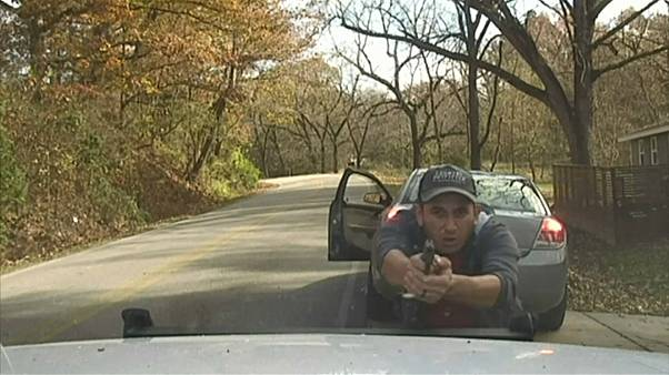 شاهد: إطلاق نار بين مجرم وشرطي