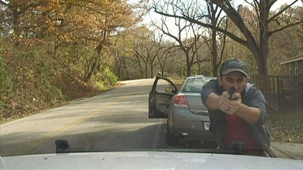 Video   ABD'de şüpheli şahsın polisle çatışması kameralara yansıdı