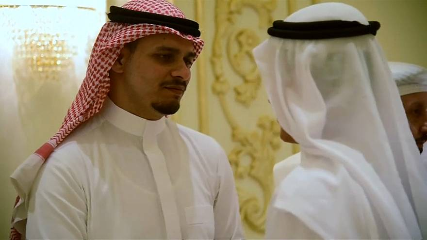 شاهد: صلاح خاشقجي يتلقى العزاء في جدة بعد الكشف عن المتهمين بقتل والده