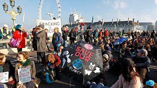 Umweltaktivisten demonstrieren auf der Londoner Westminster Bridge