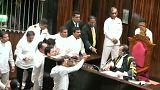 """Parlamento do Sri Lanka a """"ferro e fogo"""""""