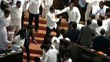 Sri Lanka Parlamentosunda arbede: Onlarca milletvekili birbirine girdi
