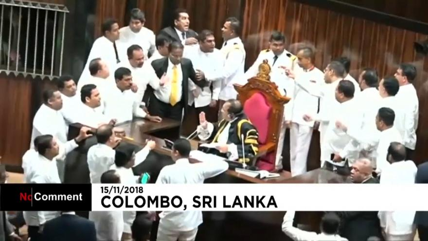 Jets de piment et de fournitures de bureau au parlement sri-lankais