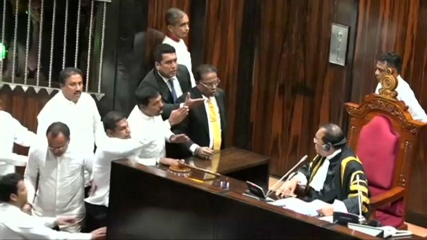 Skandal im Parlament - Abgeordnete in Sri Lanka zetteln Aufstand an