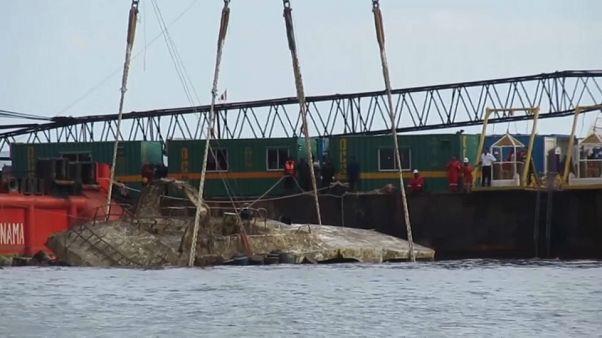 Tailandia reflota la embarcación turística que naufragó en julio