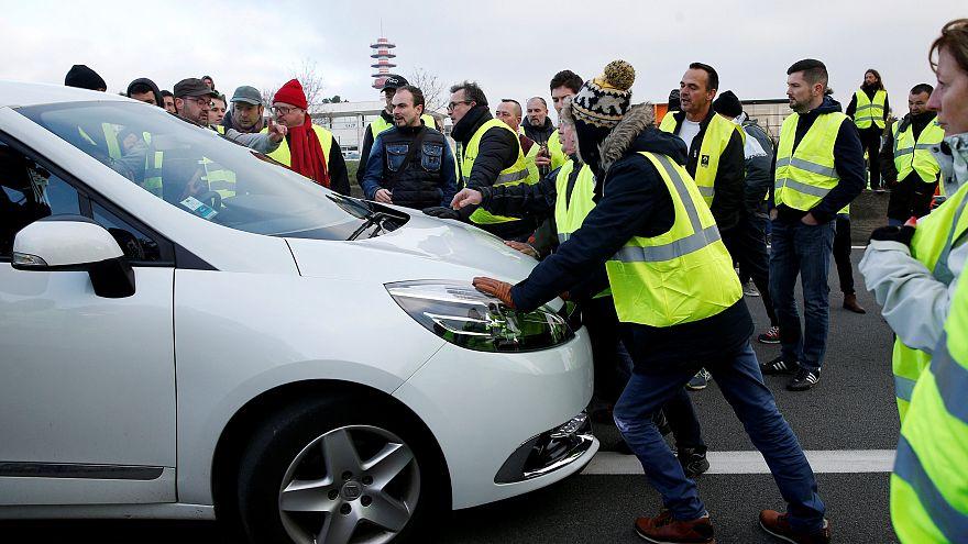 Francia: la politica cavalca la protesta dei Gilet Gialli