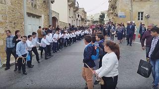 """شاهد:  كبير الأساقفة في """"البورش"""" والأطفال يجرّون السيارة في مالطا"""