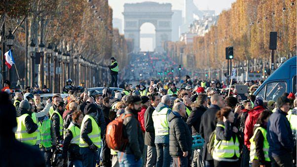 معترضان به افزایش قیمت سوخت در فرانسه خیابان شانزهلیزه را بستند