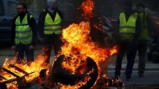 Люди в жёлтых жилетах на дорогах Франции