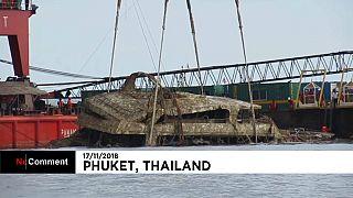 بیرون کشیدن بقایای قایق غرقشده تایلندی