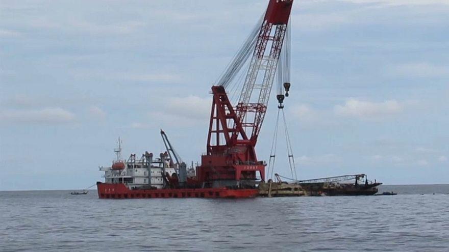 Tayland açıklarında alabora olan tekne denizden çıkarıldı