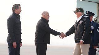 Donald Trump visita las zonas desvatadas por los incendios en California