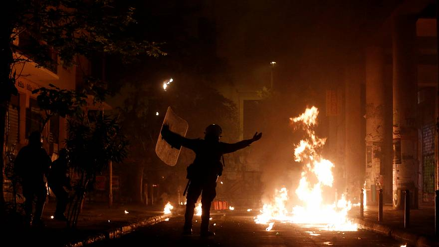 Molotov-koktélt dobtak egy athéni rendőrőrsre