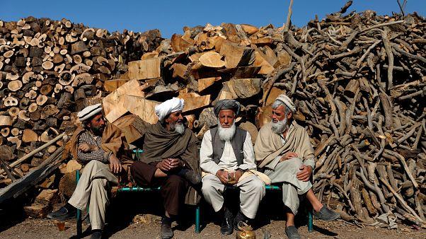 Kabil'de sohbet eden Afgan vatandaşlar