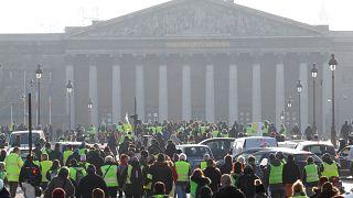 Video |  Paris'i savaş alanına çeviren 'Sarı Yelekliler' kim ve ne istiyorlar?