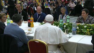 La giornata di Papa Francesco con i poveri accolti a pranzo nell'aula Nervi