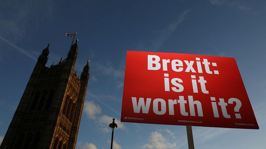 """Ein Plakat: """"Brexit: is it worth it?"""" in London"""