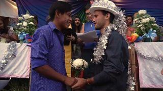 Zwei Männer geben sich das Jawort während einer Zeremonie