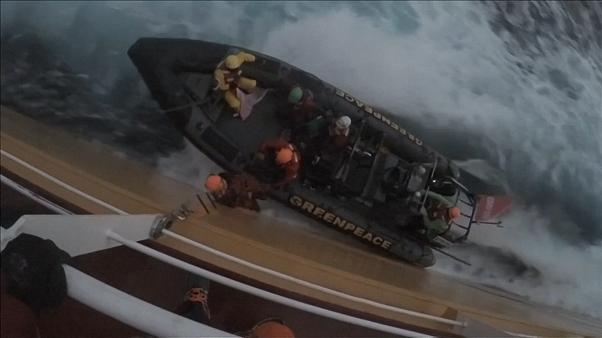 جدال میان کنشگران «صلح سبز» و کشتی حامل روغن پالم در دریا