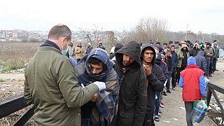 آلاف المهاجرين يواجهون البرد القارس على الحدود البوسنية-الكرواتية