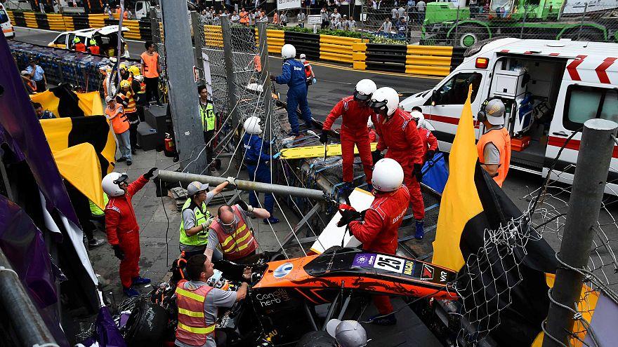 Video   Formula 3'te inanılmaz kaza: 275 km hızla bariyerlerden uçtu