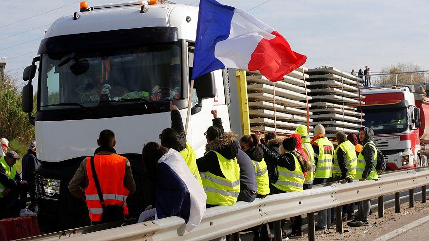 محتجون في فرنسا يغلقون ثلاثة مستودعات للوقود رفضا لزيادة الضرائب
