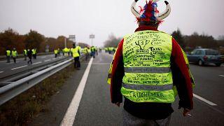 Yüz binlerce kişi Fransa'da akaryakıt fiyatlarını protesto etti