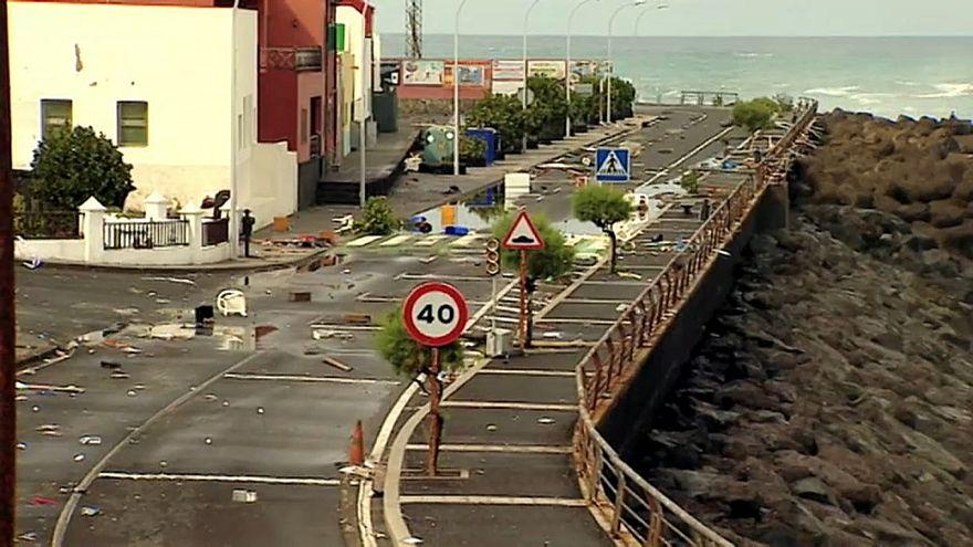 Olas gigantescas arrancan balcones en la costa norte de Tenerife