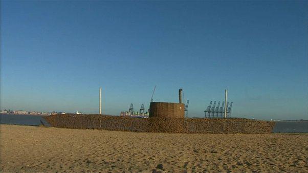 Deutsche Kapitulation: Holz-U-Boot erinnert an Ersten Weltkrieg