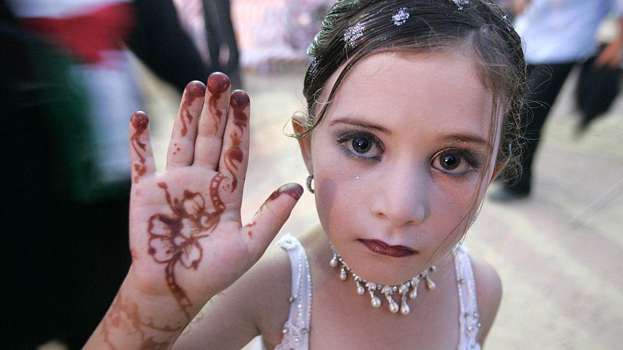 عکس تزئینی/دختر بچه فلسطینی آماده شرکت در جشن ازدواج ۴۵ زوج میشود