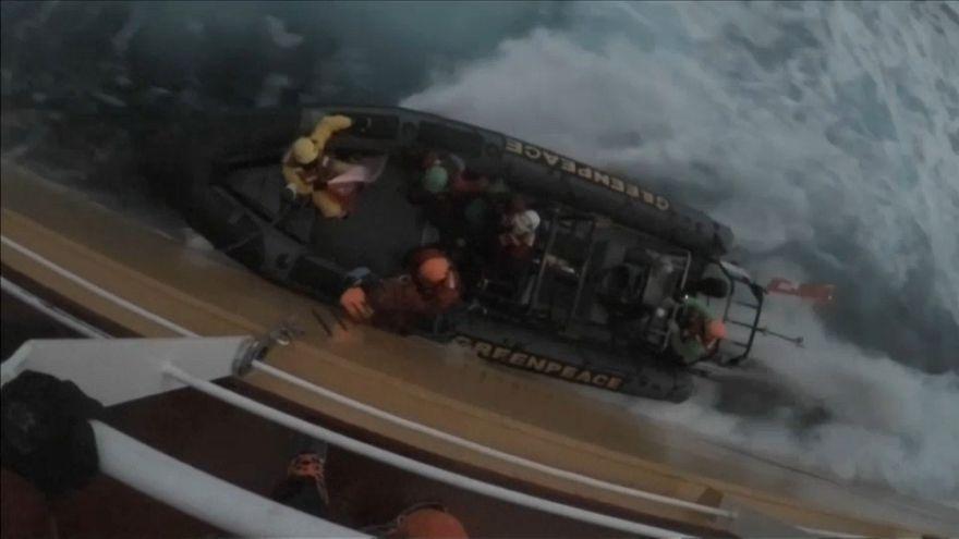 Greenpeace aborda un barco con aceite de palma