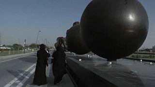 """Polémica en Qatar por los úteros gigantes del """"Viaje milagroso"""" de Damien Hirst"""